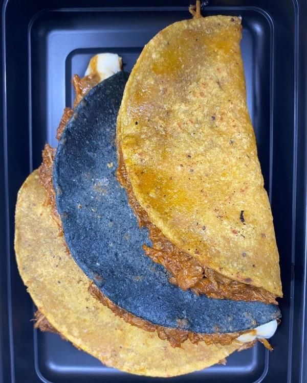 Gà tây tinga quesadillas - món ăn đường phố phổ biến ở Mexico - được đặt trong hộp mang đi. Steele nói, anh phải làm quen với việc chứng kiến các tài xế giao hàng sắp xếp sai các món ăn đã được trình bày chỉn chu.