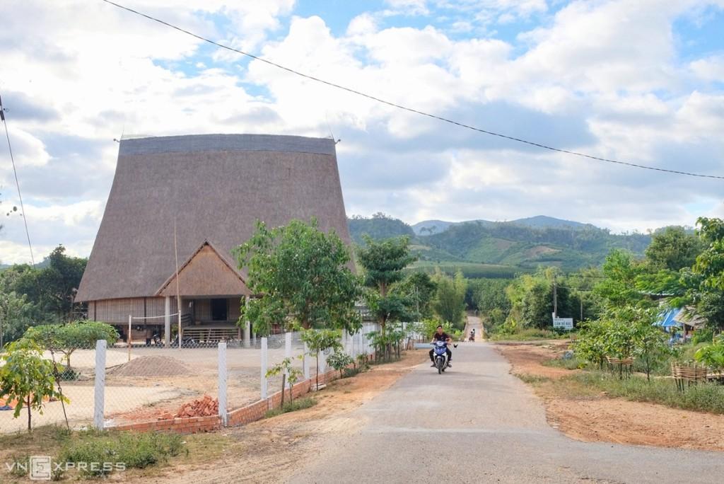Nằm ở phía Đông Bắc tỉnh Gia Lai, xã Hà Tây, huyện Chư Păh là một trong những vùng đất giàu văn hóa nhất, vẫn còn giữ gìn được rất nhiều ngôi nhà rông truyền thống. Trong đó có nhà rông làng Kon So Lăl lớn nhất Tây Nguyên hiện nay. Nơi đây cách trung tâm thành phố Pleiku hơn 50km, sát với địa phận tỉnh Kon Tum