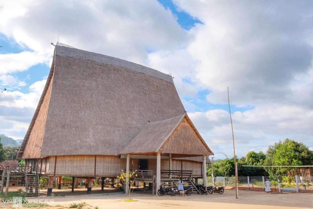 Nhà rông rộng hơn 320 m2, cao 20m, lớn hơn kích thước nhà rông Kon Klor (Kon Tum), trước đó giữ kỉ lục lớn nhất Tây Nguyên.