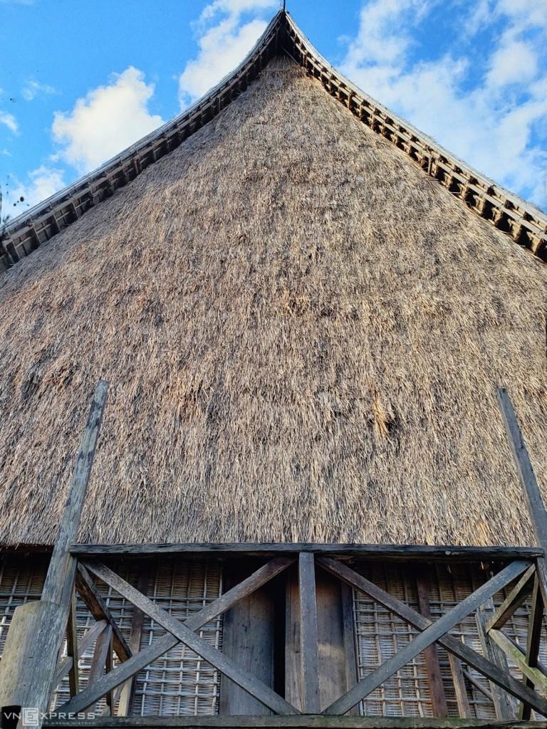 Đây là ngôi nhà rông mới của làng Kon So Lăl, thay thế cho cái cũ bị thiêu rụi do sét đánh trúng năm 2015. Để hoàn thành công trình này, toàn bộ dân làng Kon So Lăl đã phải mất 2 năm chuẩn bị nguyên vật liệu cùng với khoảng 4.000 ngày công xây dựng. Đến tháng 7/2017, ngôi nhà rông trùng với tên làng đã hoàn thiện và đưa vào sử dụng. Gỗ, tre, mái tranh... hoàn toàn được dân làng đóng góp. Nhà rông không có vỉ kèo, khung nhà được buộc lại bằng mây, tre lạt. Mái nhà rông lợp dày đến 20cm, ốp vào nhau như hình lưỡi rìu khổng lồ. Phía mái bên trong chỉ được đan chéo bằng nhiều cây gỗ, tre nhưng vẫn rất vững chãi và kiên cố. Công việc này thường được giao cho những thanh niên dũng cảm, không sợ độ cao trong làng thực hiện. Điều đặc biệt là không cần một bản vẽ thiết kế nào, già làng dùng mắt nhìn áng chừng dựa vào nguyên tắc đối xứng và dùng một sợi dây để đo đạc và đánh dấu vị trí.