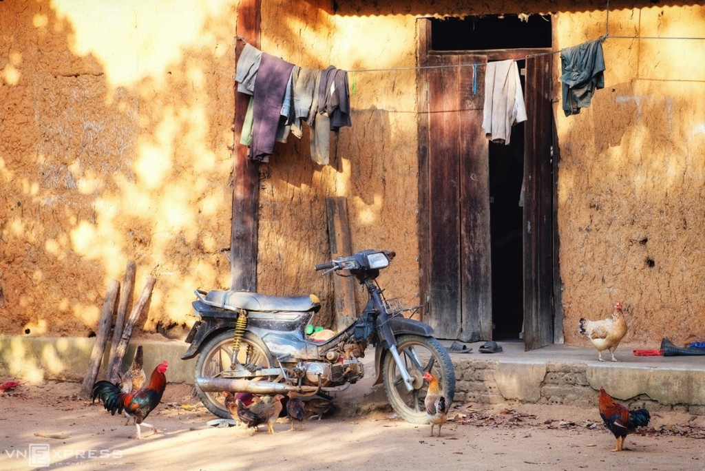 Làng Kon So Lăl có gần 600 nhân khẩu dân tộc Ba Na, sinh sống trong các căn nhà sàn, nhà vách đất truyền thống, bao bọc xung quanh nhà rông.