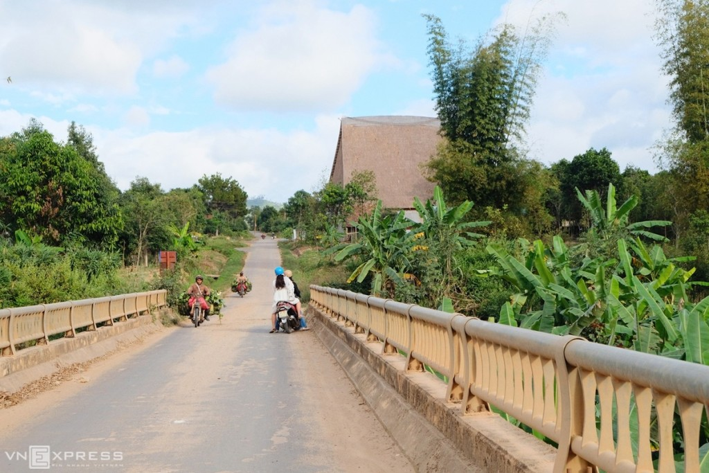 Kon So Lăl đã từng là một bản làng Ba Na cổ nhất dãy Trường Sơn Đông, bao bọc xung quanh là đại ngàn núi rừng. Sau này để thuận tiện đi lại và phát triển, dân làng đã di dời ra bên ngoài, tái định cư ở làng Kon So Lăl mới cách làng cũ 3km, gần trung tâm xã, chính là vị trí ngôi nhà rông mới hiện nay.