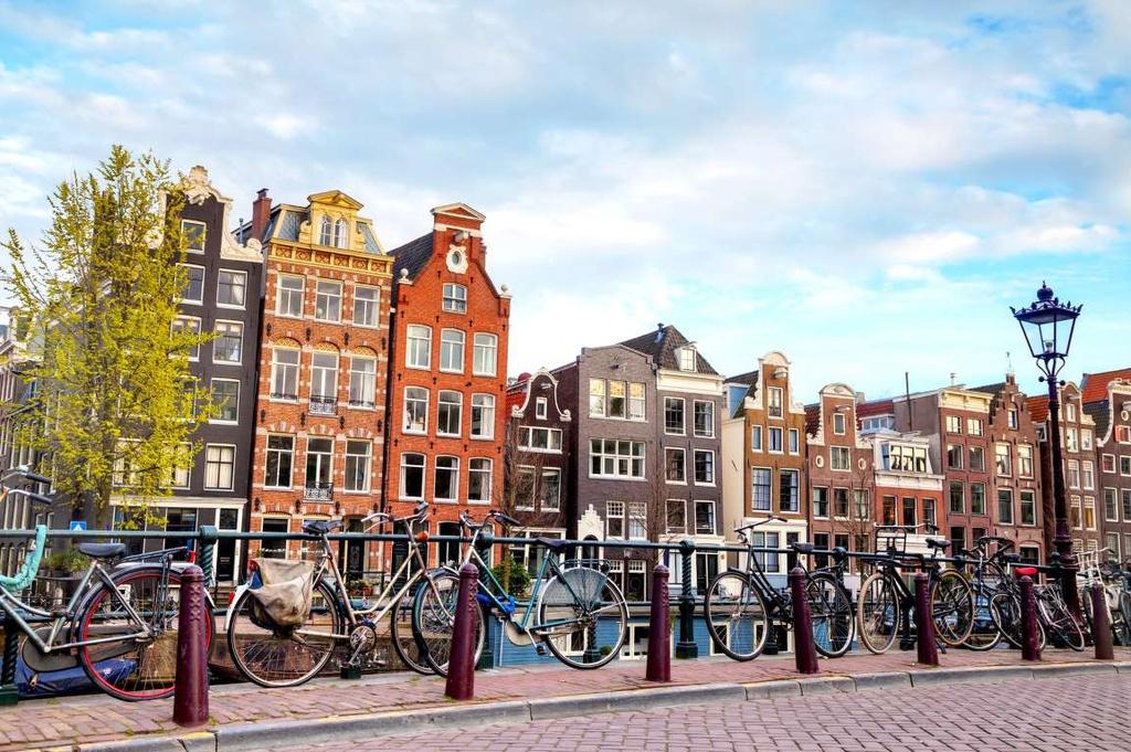 Amsterdam (Hà Lan): Những con đường bằng đá cuội sẽ dẫn bạn qua các cửa hiệu hào nhoáng, những cánh đồng đẹp như tranh vẽ... Kênh Reguliersgracht mang đến tầm nhìn ấn tượng về 7 cây cầu của Amsterdam là một địa điểm không thể bỏ qua.