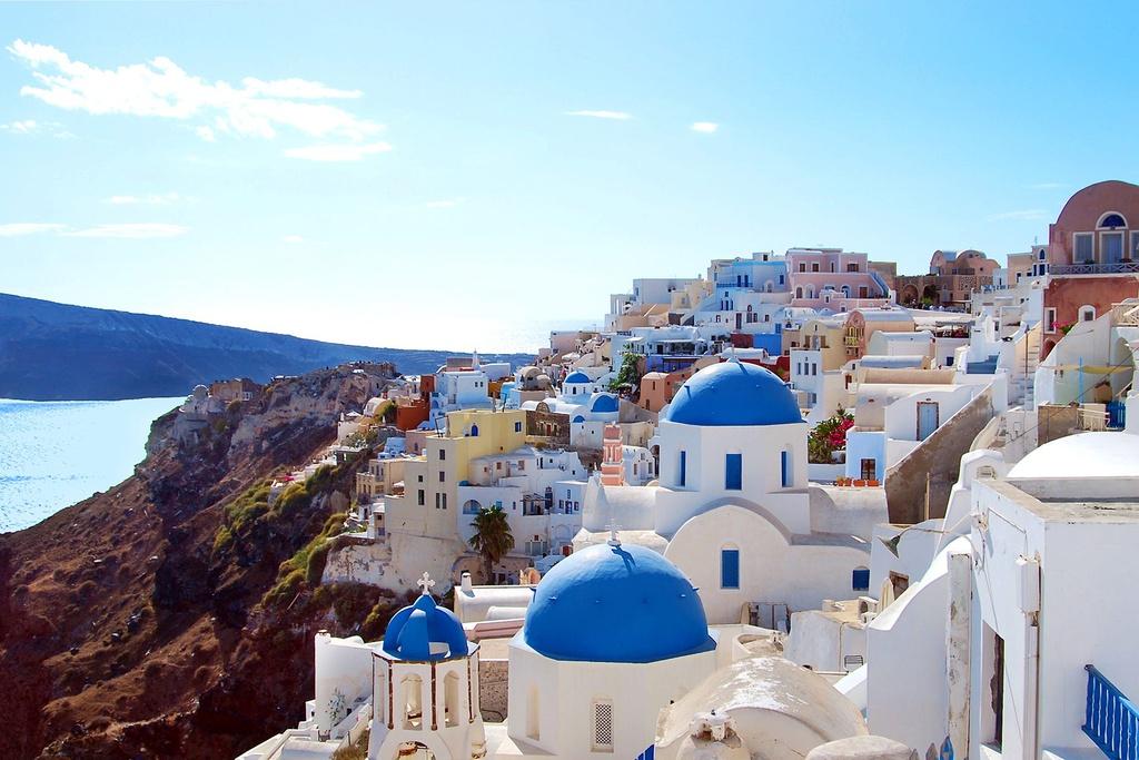 Santorini (Hy Lạp) nổi bật với các nhà thờ mái vòm màu xanh, những bức tường, con đường trắng xóa và khung cảnh đại dương rộng lớn. Sắc xanh, trắng hòa quyện khiến thành phố này trở thành điểm đến lãng mạn trên thế giới.