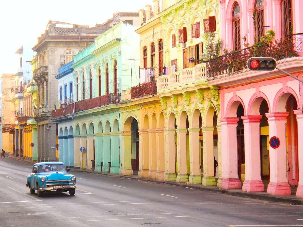 Havana (Cuba) có sự kết hợp hài hòa giữa các công trình kiến trúc nghệ thuật Baroque, tân cổ điển và kiến trúc hiện đại. Nhiều người cho rằng đến với Havana là để tìm lại khung trời xưa cũ đã phôi pha trong miền ký ức.