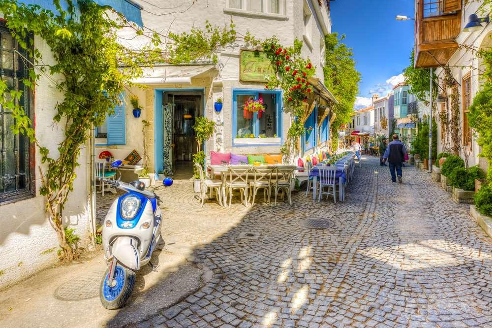 Alaçati (Thổ Nhĩ Kỳ): Các phòng trưng bày nghệ thuật và cửa hàng nằm rải rác theo những con đường nhỏ hẹp, được sơn màu xanh lam và xanh lá cây, tạo cho thành phố vẻ đẹp nhẹ nhàng, yên bình.