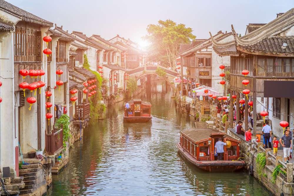 """Với đặc trưng khí hậu ôn hòa, Tô Châu (Trung Quốc) là thành phố hấp dẫn du khách quanh năm. 42% diện tích của thành phố được bao phủ bởi nước nên Tô Châu còn được gọi là """"Venice phương Đông"""". Đến đây, bạn có thể ngồi thuyền tham quan vòng quanh thị trấn cổ."""