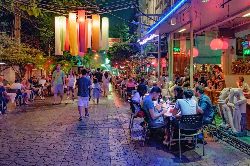 Bangkok (Thái Lan) nổi tiếng là thành phố nhộn nhịp, sôi động. Soi Rambuttri, một con hẻm nằm ở quận cũ của Bangkok, cũng không ngoại lệ. Khi màn đêm buông xuống, con hẻm hình chữ U được thắp sáng, không khí huyên náo ở các quán ăn là nét đặc trưng thường thấy.