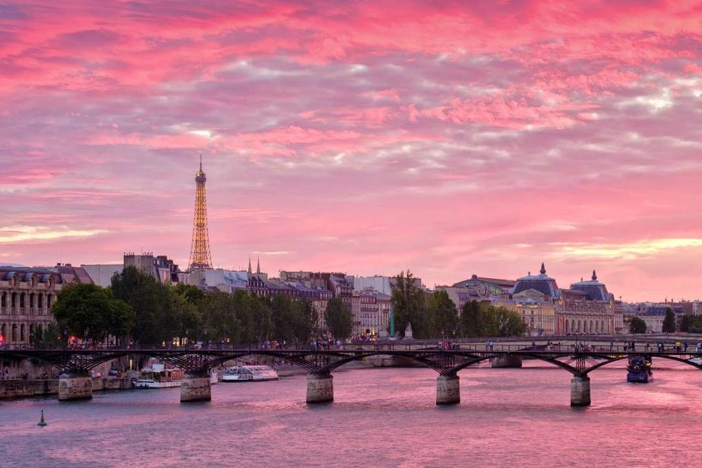 Hoàng hôn kỳ diệu ở Paris (Pháp) được ghi lại trên bờ sông Seine, với view hướng ra tháp Eiffel tráng lệ phía xa. Bầu trời, mặt nước và vạn vật ánh hồng, tạo nên khoảnh khắc đẹp nao lòng.