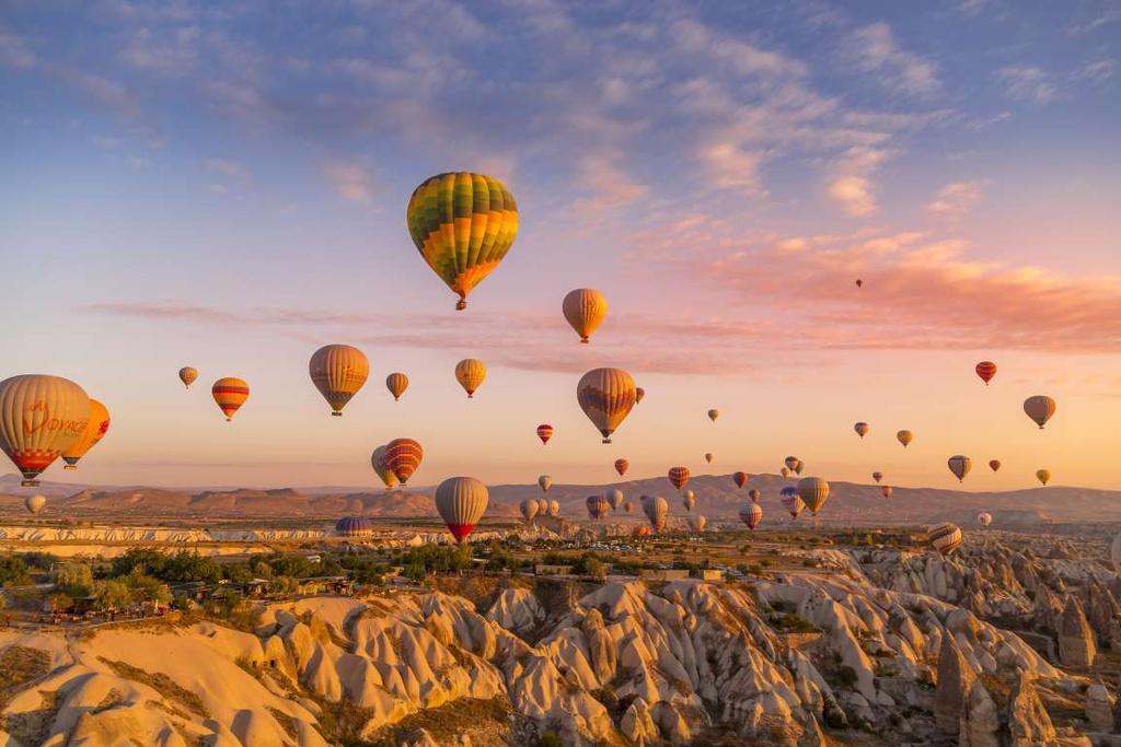 Cappadocia (Thổ Nhĩ Kỳ): Cappadocia ở miền Trung Thổ Nhĩ Kỳ được biết đến với phong cảnh đẹp như cổ tích, các hang động, đền thờ mang vẻ thần bí và những tảng đá tráng lệ. Khi hoàng hôn buông, bầu trời đầy màu sắc được chấm phá bởi hàng nghìn khinh khí cầu.