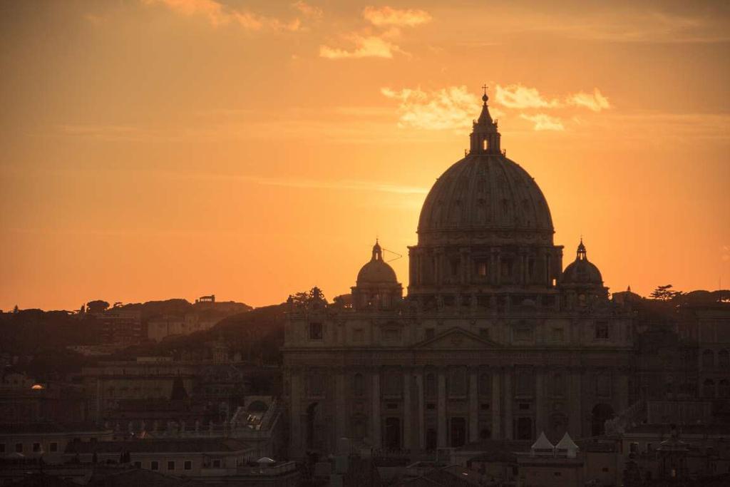 Rome, Italy: Khung cảnh buổi chiều tà yên bình được ghi lại ở nhà thờ St. Peter, bên bờ sông Tiber. Trên nền trời cam đào, kiến trúc cổ điển, độc đáo của nhà thờ càng hiện lên rõ nét.