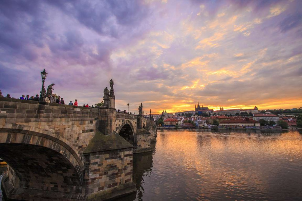 Prague (Cộng hòa Czech): Cầu Charles nổi tiếng ở Prague mang đến tầm nhìn ấn tượng mỗi khi thành phố dần chìm vào bóng tối. Trong thời khắc chạng vạng, các tòa nhà cổ và sông Vltava trở nên yên bình hơn bao giờ hết.