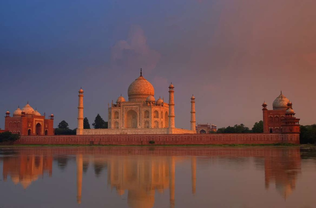Đền Taj Mahal (Ấn Độ) giữ được vẻ đẹp tráng lệ, ngoạn mục khi mặt trời lặn. Nhìn từ xa, ngôi đền được nhuộm hồng, phảng phất nét kỳ bí, linh thiêng khi hoàng hôn buông.