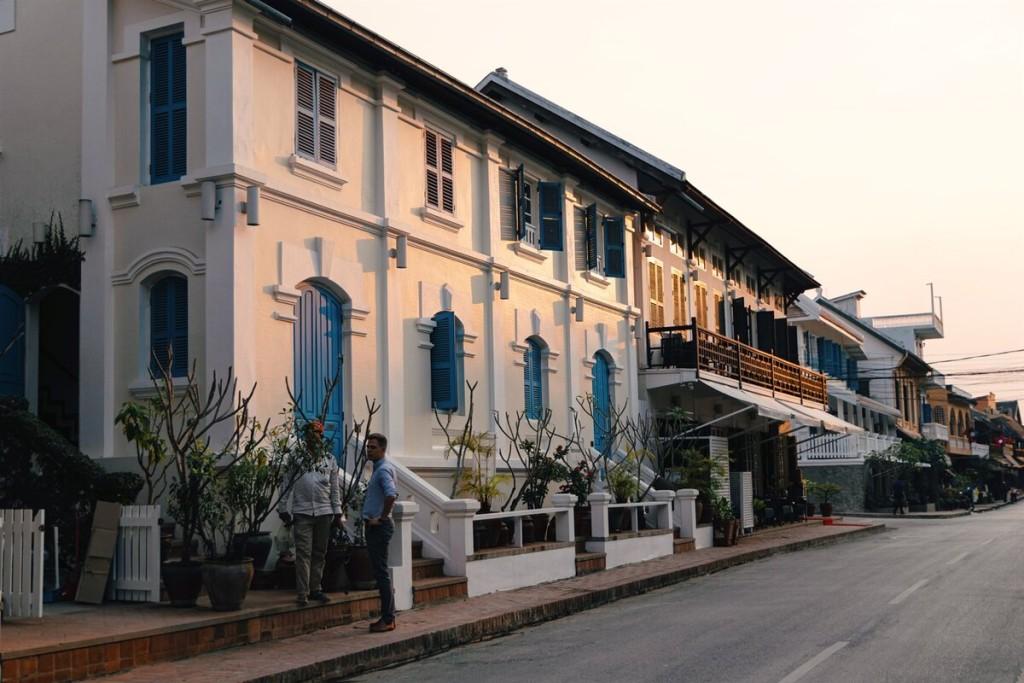 Rảo bước trên những con phố cổ cũng mang đến cho bạn một trải nghiệm thú vị. Dân số Lào khoảng 7 triệu người, riêng tại Luang Prabang khoảng 55.000 người. Người dân rất thân thiện, hiếu khách, đa phần là nông dân, ngày nay có thêm thu nhập nhờ du lịch.