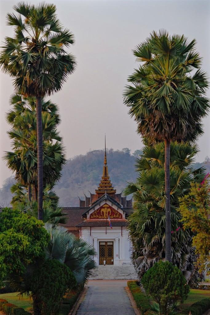 Cung điện Hoàng gia Lào là nơi không nên bỏ lỡ khi đến xứ sở triệu voi. Cung điện do Pháp xây dựng cho vua Sisavangvong, tên vua được đặt cho con đường phía trước, đầu thế kỷ 20. Ở đây trưng bày nhiều di tích văn hóa cấp quốc gia.  Một trong những bảo vật mà Cung điện Hoàng gia Lào đang lưu giữ chính là bức tượng Phật Prabang. Đây là bức tượng quốc bảo, là thần vật trấn quốc của Lào, được làm từ vàng nguyên chất, nặng đến 48kg và cao 83cm. Vào mỗi dịp tết, bức tượng Phật được rước về chùa Xieng Thong để tiến hành nghi lễ mừng năm mới và tắm rửa bằng nước hoa.  Trang phục vào bảo tàng phải lịch sự. Yêu cầu không lộ vai, rốn, không mặc quần hay váy ngắn hơn gối, giày dép để ở ngoài và không được chụp ảnh ở bên trong.