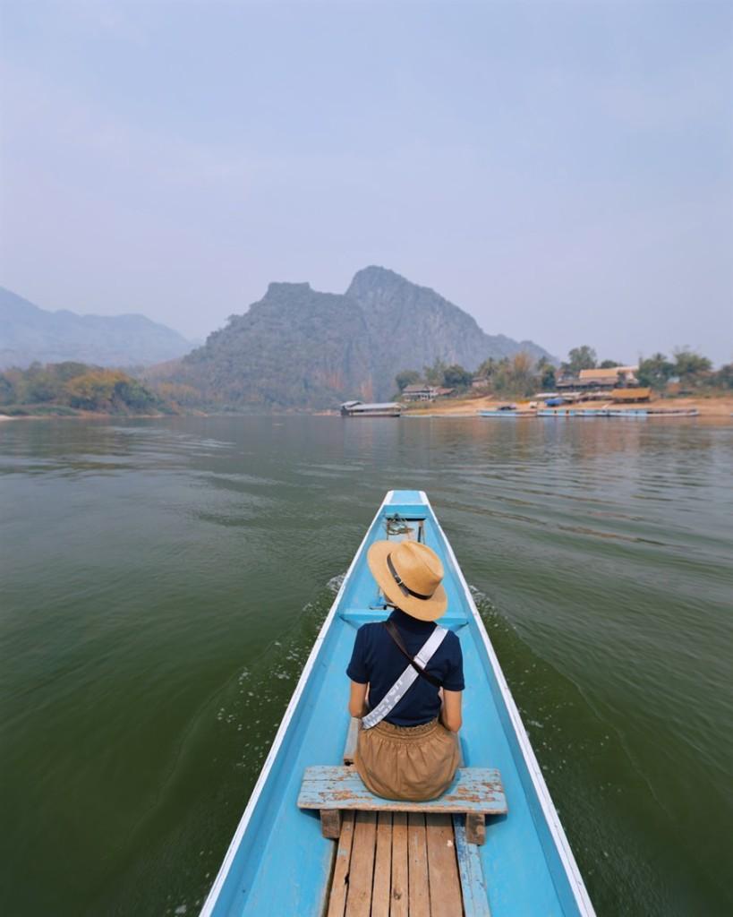 Tiếp tục hành trình, cặp đôi đến hang Pak Ou, cách trung tâm Luang Prabang khoảng 25km. Ở đây, du khách mất 13.000 Lak (34.000 đồng) để đi thuyền, nhưng trước đó bạn có thể lựa chọn đi xe tuk tuk hay xe máy.  Hai bên bờ là phong cảnh yên bình của làng quê. Vì hang này nằm ở hướng khác với thác Kuang Si, nên phải đi sớm để có thời gian chơi nhiều hơn, Yến nói.