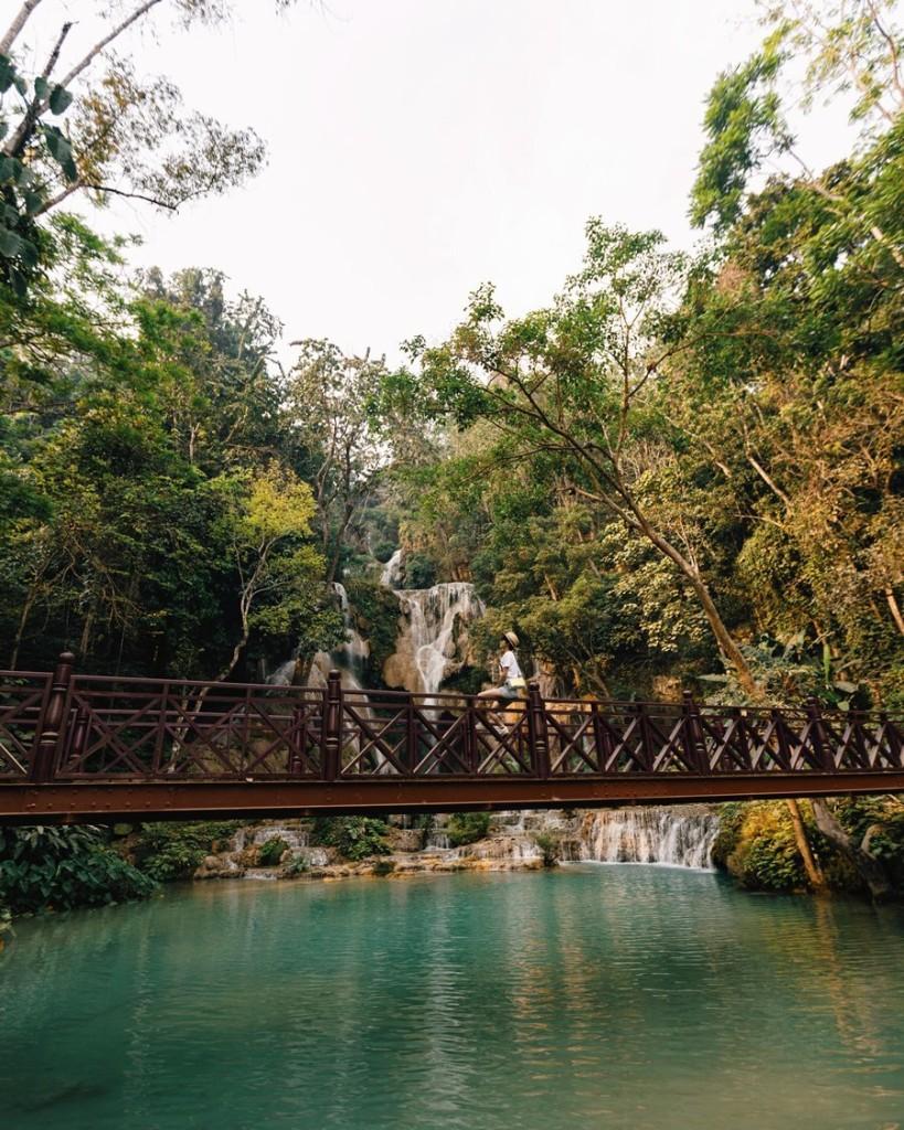 Điểm đến tiếp theo trong hành trình là thác Kuang Si, cách trung tâm phố cổ 30km, được mệnh danh là thác nước đẹp nhất xứ sở triệu voi. Thác có nhiều tầng, trong hình là tầng cao nhất, nước trong xanh, đặc biệt vào mùa khô. Đây là điểm du lịch rất nổi tiếng ở Lào mà hầu như ai cũng phải ghé thăm. Bạn nên đến lúc sáng sớm để tránh đông người.