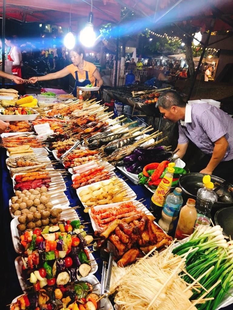 Buổi tối, du khách có thể đến chợ đêm Luang Prabang. Đây là khu chợ trong phố cổ, bày bán nhiều mặt hàng quần áo, đồ lưu niệm và đồ ăn vặt. Ẩm thực Lào là sự pha trộn giữa Việt Nam và Thái, có nhiều món giống bún, phở ở Việt Nam nên dễ ăn, hợp khẩu vị người Việt.