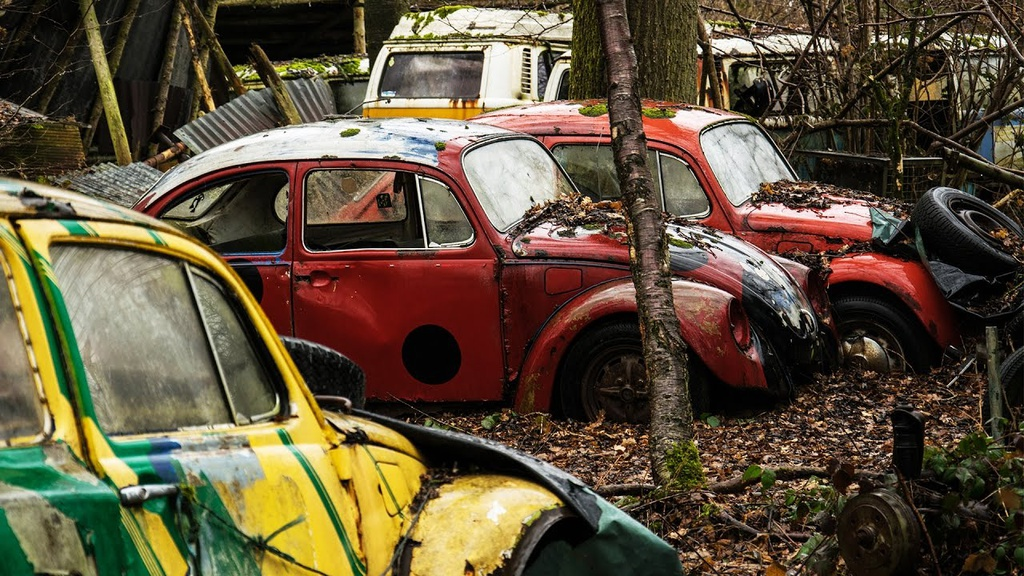 Người dân địa phương tin những chiếc xe nằm lại trong rừng từ Thế chiến II. Có giả thiết cho rằng binh sĩ Mỹ để xe lại trong thời gian đóng quân ở Bỉ. Họ phải trở về Mỹ khi chiến tranh kết thúc và giấu xe lại trong rừng. Tuy nhiên, điểm đến có sức hút với khách du lịch, nhiếp ảnh gia bị dẹp bỏ vào năm 2010 do lo ngại về các vấn đề môi trường. Ảnh: Broken Window Theory.