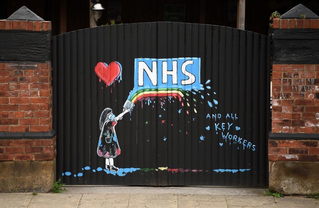 Bức tranh phun sơn ở Pontefract, Anh, mô tả logo của dịch vụ Y tế Quốc gia Anh (NHS). Đồng thời, hình ảnh cầu vồng và trái tim xuất hiện chính là lời tri ân đến các nhân viên NHS đã tham gia điều trị bệnh nhân Covid-19.