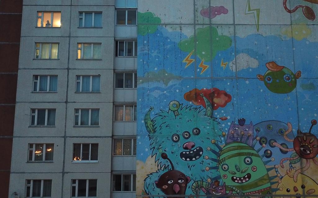 Bên ngoài các căn hộ ở Gatchina, Leningrad, Nga, một bức tranh khổng lồ lấy cảm hứng từ virus corona chủng mới gây ấn tượng.