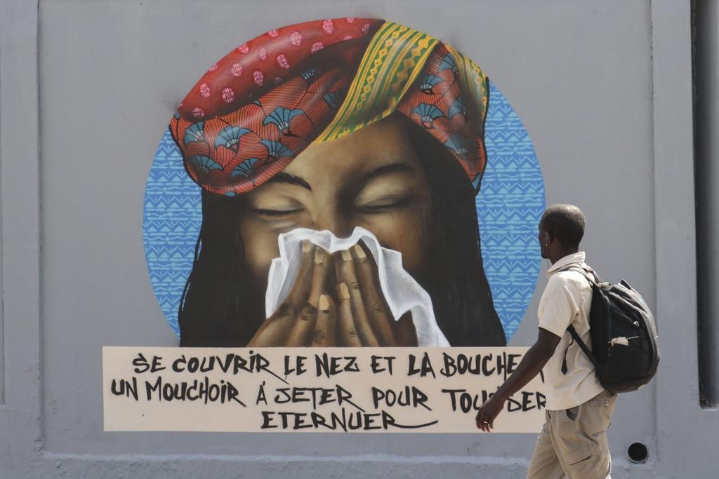 """Bức tranh đường phố ở Dakar, Sénégala (Tây Phi), mô tả biện pháp phòng tránh dịch Covid-19 với thông điệp """"Hãy che miệng khi hắt hơi để bảo vệ chính bản thân và những người xung quanh""""."""