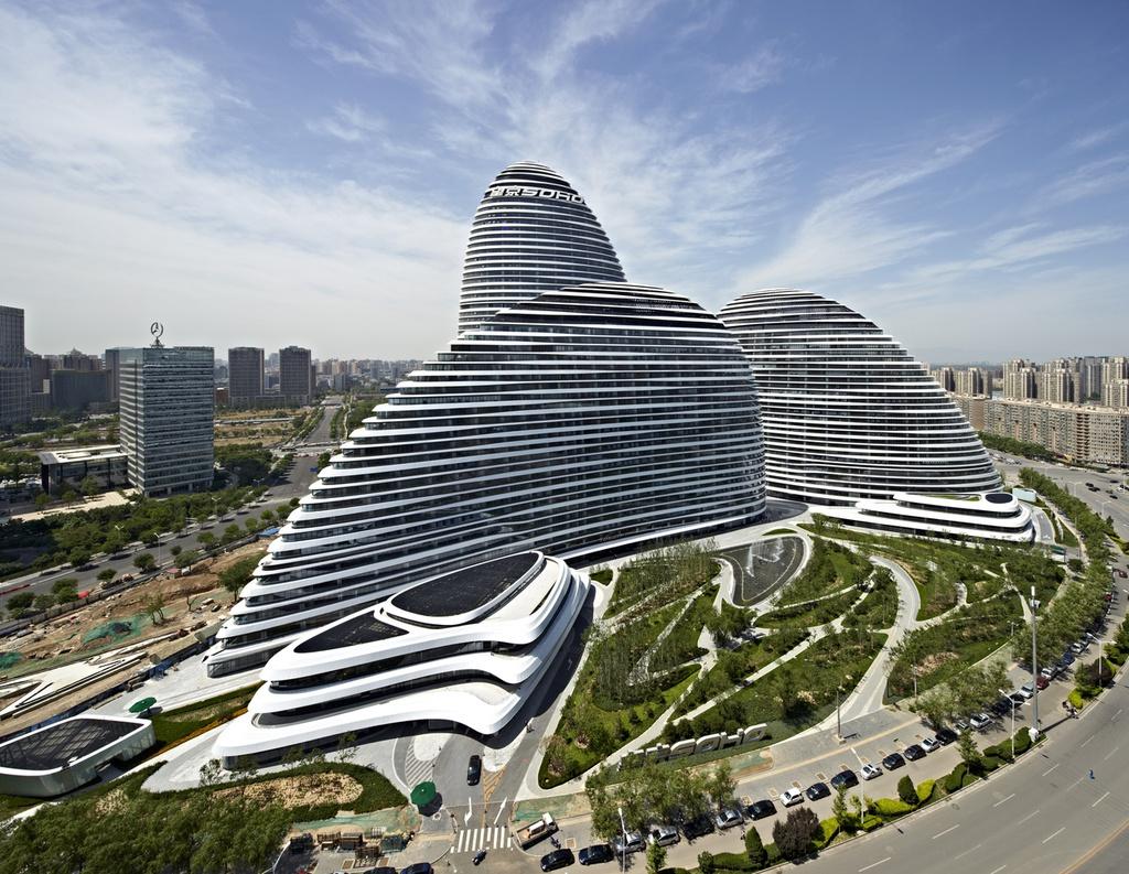 Khu phức hợp Wangjing Soho ở Bắc Kinh là công trình thiết kế của Zaha Hadid, bao gồm 3 tòa nhà chọc trời ngoạn mục giống các viên sỏi với kiến trúc cao nhất đạt 200 m.