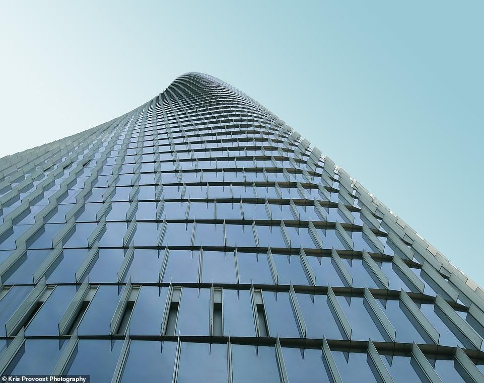 Nằm trên đường chân trời phía đông Ninh Ba, tòa nhà Ngân hàng Trung Quốc Ninh Ba là địa điểm mới nhất trong khu tài chính thành phố. Tòa tháp 50 tầng nổi bật này dần dần xoay dọc theo trục thẳng đứng bao quát khung cảnh thành phố, núi và biển xung quanh.