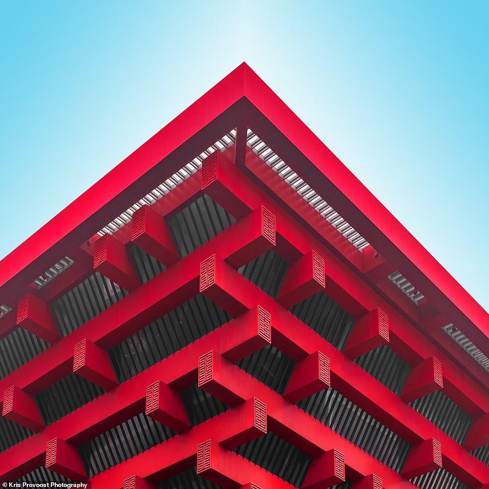 Gian hàng Trung Quốc cao 70 m trong Công viên Triển lãm Thế giới Thượng Hải, được thiết kế bởi He Jingtang, hiện là một trong những bảo tàng lớn nhất trong thành phố. Tòa nhà màu đỏ nổi bật dựa trên bạc lô truyền thống của Trung Quốc, một kiểu khung mái bằng gỗ có lịch sử 2.000 năm.