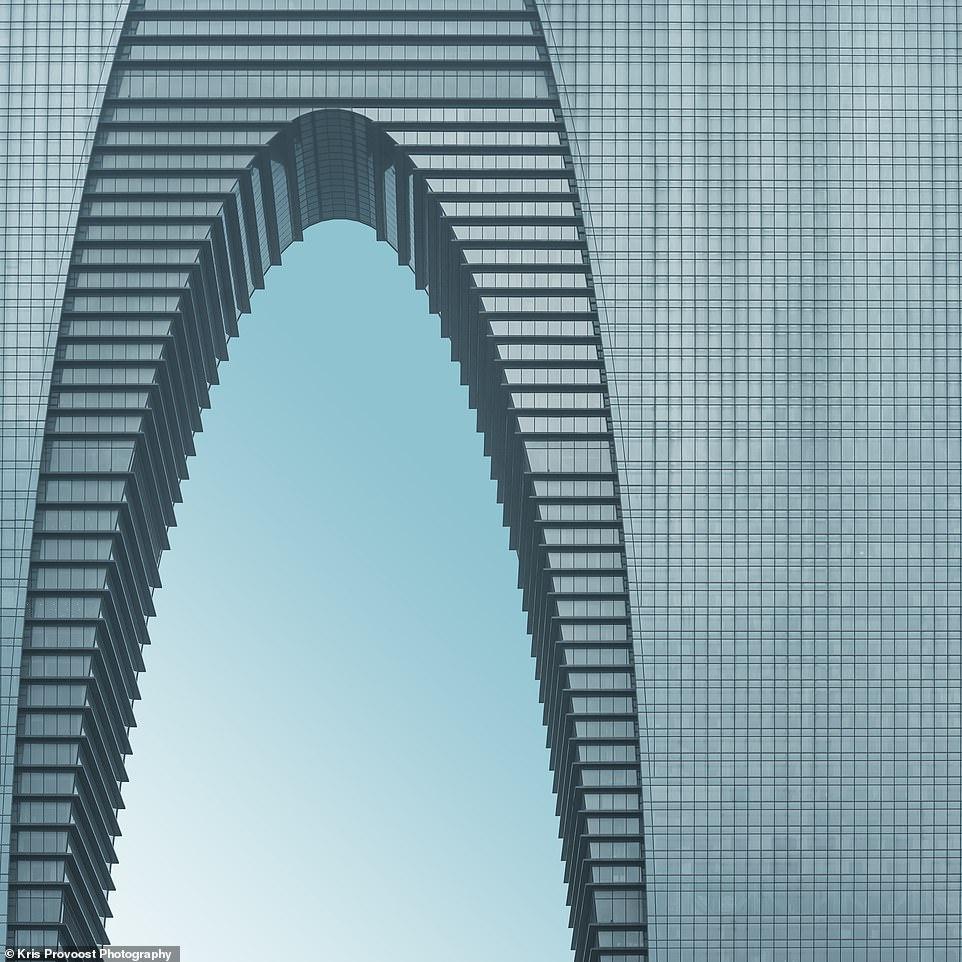 Đứng sừng sững trong khu công nghiệp mới của Tô Châu (thuộc vùng Giang Tô, Trung Quốc), tòa tháp này được gọi là Cổng phía đông, một kiến trúc ấn tượng, tựa như bước ra từ bộ phim Du hành giữa các vì sao.