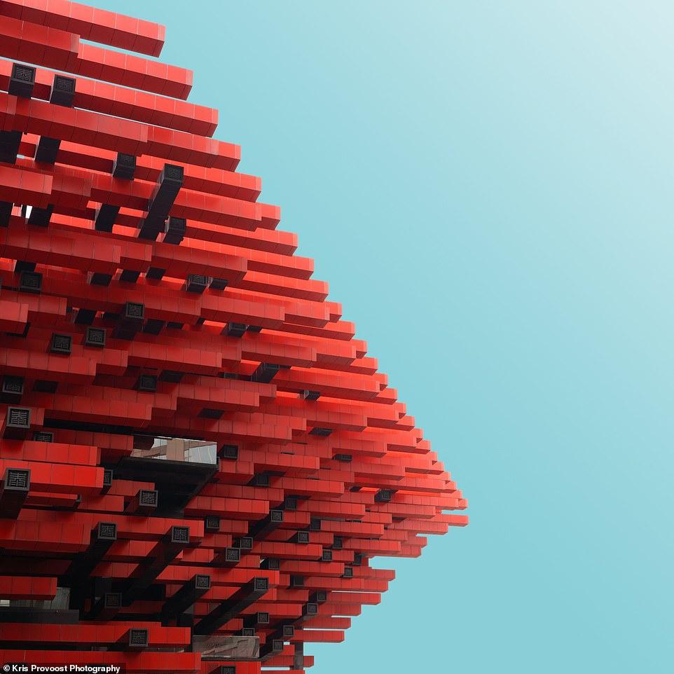 Trung tâm nghệ thuật Trùng Khánh Guotai có hình thức độc đáo, màu sắc bắt mắt cùng các chi tiết thú vị, nổi bật từ mọi góc độ.