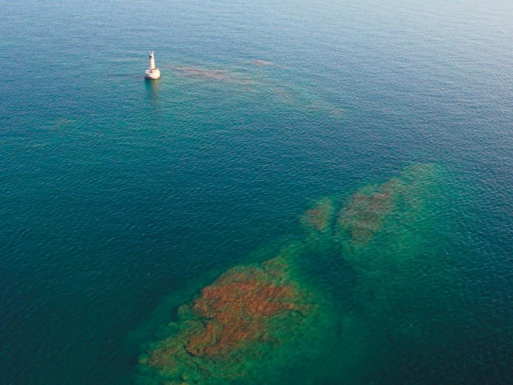 Miền đất gần nhất, đảo Manitou, cách Stannard Rock khoảng 40 km về phía tây bắc, khiến nó trở thành ngọn hải đăng xa bờ nhất nước Mỹ, và có lẽ là nhất thế giới. Ảnh: Neil Harri.