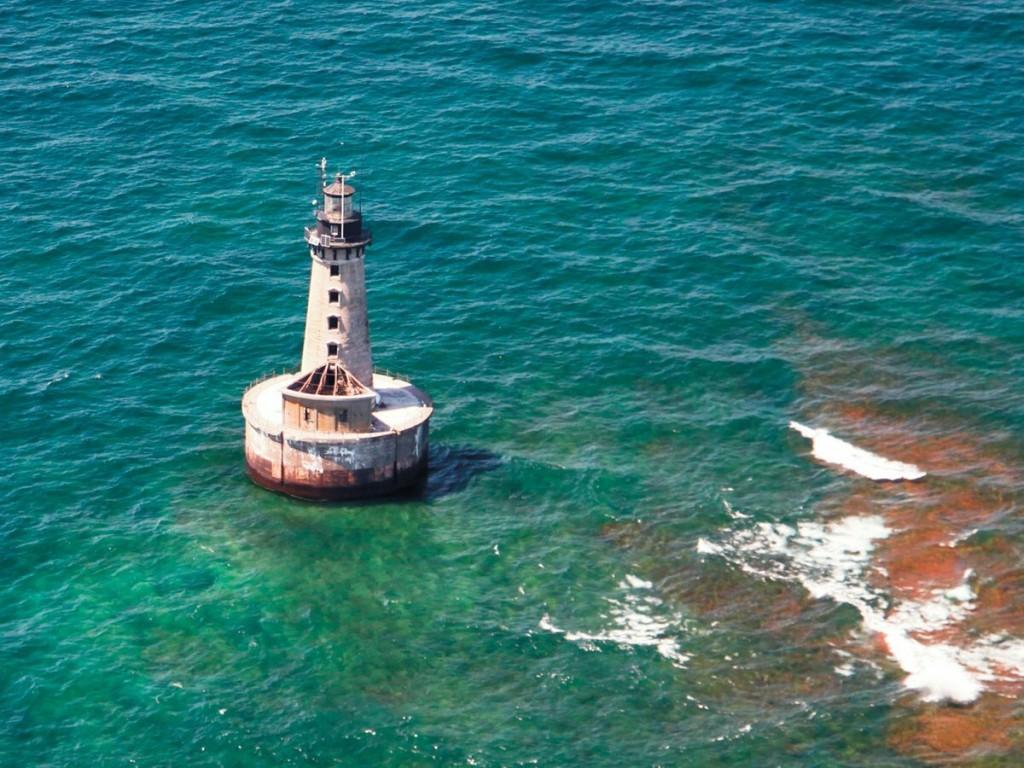 Hải đăng Stannard Rock đứng vững giữa hồ nước có thời tiết khắc nghiệt. Ảnh: Neil Harri.