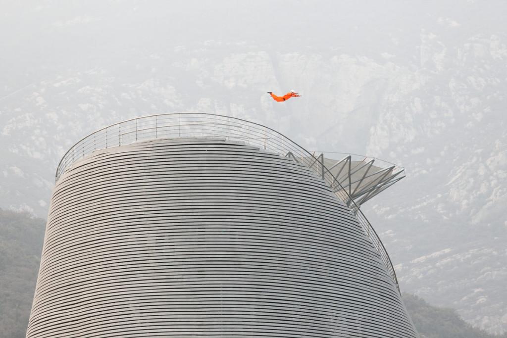 Thiếu Lâm Tự, một trong những học viện Phật giáo và Kung Fu lớn nhất thế giới, sở hữu một kịch trường với khán đài vòng cung tuyệt đẹp mang tên The Shaolin Flying Monks Theater (Kịch trường của những nhà sư Thiếu Lâm bay). Hoàn thành vào năm 2017, kịch trường đứng trên một sườn dốc phủ đầy cây bách trên dãy Tung Sơn ở tỉnh Hà Nam, một trong năm ngọn núi linh thiêng của Trung Quốc.