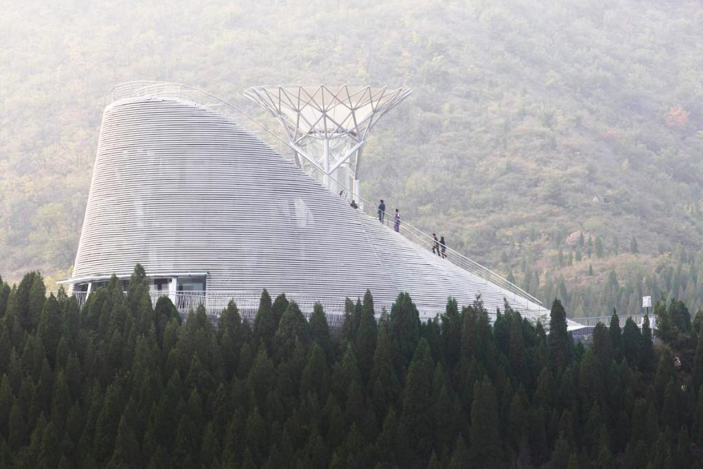 Những kiến trúc sư lấy cảm hứng từ hai biểu tượng thiêng liêng của vùng đất khai sinh ra môn phái Thiếu Lâm: núi và rừng. Do đó, kịch trường hiện lên như một ngọn núi, tượng trưng cho chân trời trên Trái Đất, còn đường hầm gió như một đại thụ vươn lên trời cao - tượng trưng cho chiều hướng của tâm linh.