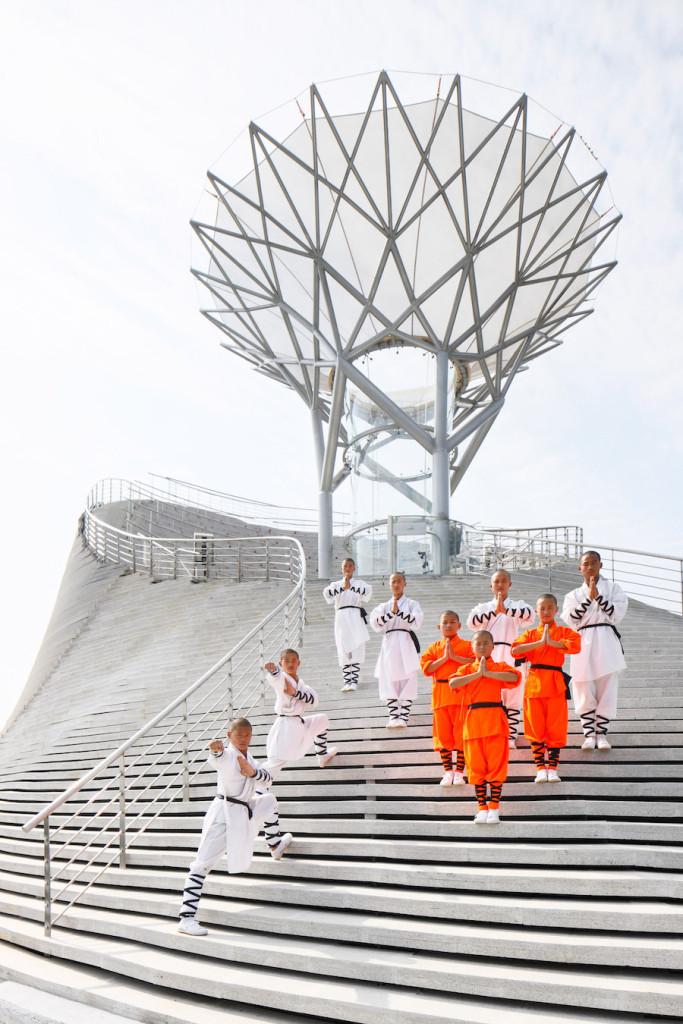 Bí mật để những nhà sư Thiếu Lâm bay lượn tại đây nằm ở lõi của tòa nhà: nơi có một đường hầm gió. Bên ngoài là những bậc thang không đơn thuần chỉ tô điểm cho công trình; mà có địa hình cho phần chính của sân khấu, bao quanh đường hầm gió thiết kế như một đại thụ.