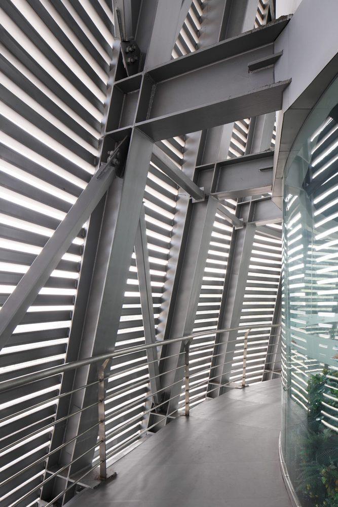 Phòng động cơ của hầm gió được đặt bên dưới sân khấu, với công nghệ được phát triển bởi nhà sản xuất hầm gió Aerodium có thể tạo ra luồng không khí đi thẳng vào hầm gió và được điều chỉnh bởi người vận hành. Nhờ vậy, sau khi bay lên, luồng gió được điều chỉnh để người bay quay về lại vị trí cũ.