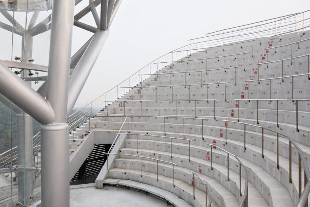Không gian bên trung và bên ngoài kịch trường rộng khoảng 300 m2, với khán đài này có 230 chỗ ngồi. Hàng tuần, khách tham quan có thể theo dõi những màn biểu diễn của các nhà sư Thiếu Lâm tại đây. Nếu dám mạo hiểm hay muốn trải nghiệm cảm giác tĩnh tại giữa thinh không, du khách cũng có thể bay trong đường hầm.