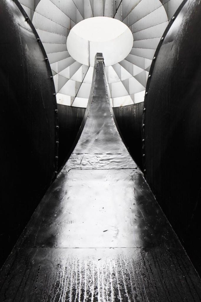 """""""Công trình là kết hợp của cả những kỹ thuật xây dựng hiện đại và cổ xưa. Kiến trúc thượng tầng bằng thép cắt laser nâng đỡ những bậc thang tạo hình thủ công, khai thác từ mỏ đá địa phương"""", kiến trúc sư người Latvia, Austris Mailītis, cho hay."""