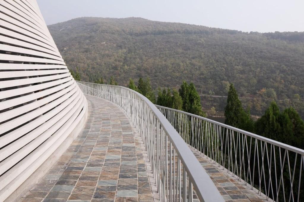 Công trình ở gần Thiếu Lâm tự, cũng tọa trên dãy Tung Sơn. Toàn bộ khuôn viên tu viện đã được UNESCO công nhận là Di sản Thế giới, cũng được coi là cái nôi của phái Thiền tông và võ thuật kungfu.