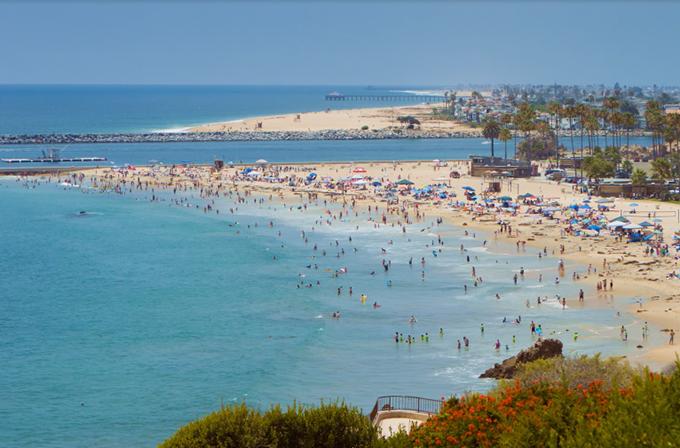 Là thị trấn sát biển, Corona sở hữu những bãi tắm êm đềm, bãi cát dài, làn nước biển xanh trong. Nơi đây thanh bình, không quá đông du khách như những điểm đến nổi tiếng khác, do đó, là nơi nghỉ dưỡng thích hợp cho những ai không thích sự ồn ào.