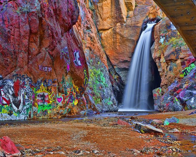 Thác nước graffiti là một trong những điểm đến thu hút khách bậc nhất ở thị trấn này. Ngọn thác không có tên riêng là thường được người dân gọi chung bằng hình thức thể hiện ở đây - nghệ thuật tranh tường graffiti. Các nghệ sĩ đã vẽ nhiều hình ảnh rực rỡ sắc màu trên các phiến đá quanh khe nước, tạo nên khung cảnh ngoạn mục.