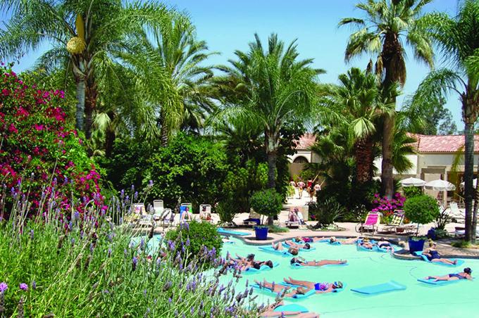 Trong khi virus corona gây bệnh chết người thì thị trấn Corona lại là một địa điểm chữa bệnh nổi tiếng trong vùng. Nơi đây có những khu resort suối nước nóng như Glen Ivy Hot Springs, thích hợp để tắm bùn, tắm hơi, trị liệu, chữa bệnh và phục hồi sức khoẻ.