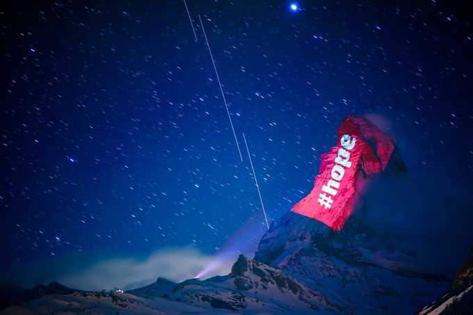Dòng chữ tỏa sáng dưới bầu trời đêm đầy sao. Việc chiếu sáng được thực hiện hàng đêm, từ lúc mặt trời lặn cho tới 23h và kéo dài đến 19/4, trên sườn núi Matterhorn, nơi có resort trượt tuyết nổi tiếng thuộc địa phận thị trấn Zermatt của Thụy Sĩ. Ảnh: Valentin Flauraud/AP.