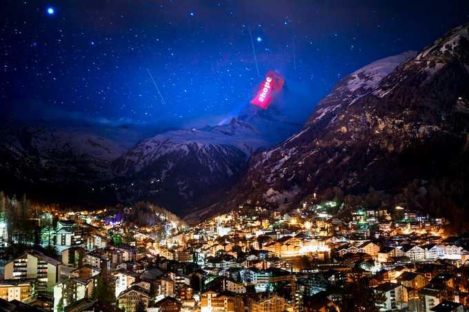 Màn trình diễn ánh sáng nhìn từ khu vực cộng đồng dân cư thị trấn Zermatt. Hiện các nhà hàng, quán bar, các cửa hàng và tàu du lịch trên toàn đất nước đã được chỉ thị đóng cửa nhằm nỗ lực ngăn chặn sự bùng phát dịch Covid-19. Chỉ thị này áp dụng đến 19/4 và sẽ có thông báo mới tùy diễn biến tình hình dịch bệnh. Ảnh: Valentin Flauraud/AP.