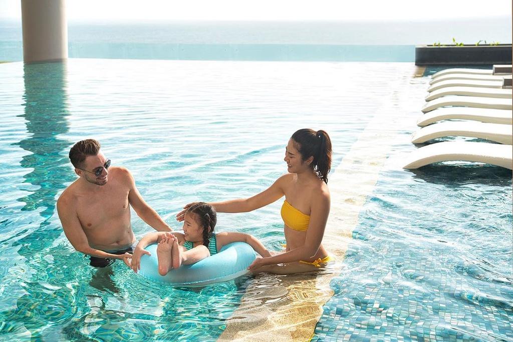 Sheraton Nha Trang Hotel & Spa không những là khách sạn có bể bơi vô cực đẹp bậc nhất Nha Trang mà còn sở hữu vị trí ven biển thuận tiện, nhiều dịch vụ vui chơi giải trí thú vị và phòng ốc sang trọng hàng đầu thành phố. Ảnh: Sheratonnhatranghotel.