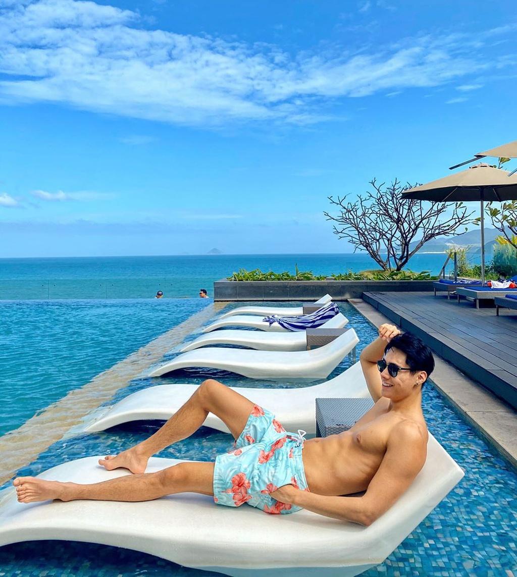 Hồ bơi ngoài trời tại khách sạn 5 sao nổi bật với thiết kế tràn bờ độc đáo, không gian xanh trong lành, tựa thiên đường nghỉ dưỡng nhiệt đới. Khách sạn cung cấp 280 phòng nghỉ hướng biển và đều có ban công với tầm nhìn bao quát vịnh biển Nha Trang, 6 nhà hàng và quầy bar hiện đại, bao gồm Altitude, quầy bar cao nhất tại Nha Trang ở tầng 28. Giá phòng khách sạn khoảng từ 2 triệu đồng/đêm. Ảnh: Lerlera16, Awesomemase.