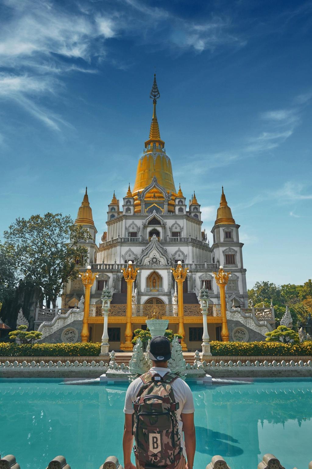 Cách trung tâm TP.HCM khoảng 20 km, chùa Bửu Long (TP.HCM) được xây dựng theo lối kiến trúc của các chùa ở Thái Lan. Ngôi chùa ven sông này nổi bật với những con rồng được chạm khắc tinh xảo, hồ nước màu ngọc lam phản chiếu bức tường trắng và ngọn bảo tháp vàng. Điểm đến từng được xướng tên trong danh sách 20 ngôi chùa đẹp nhất thế giới. Check-in ở đây, nhiều người sẽ lầm tưởng bạn đang lạc ở xứ sở Chùa Vàng. Ảnh: Dimotngaydang.