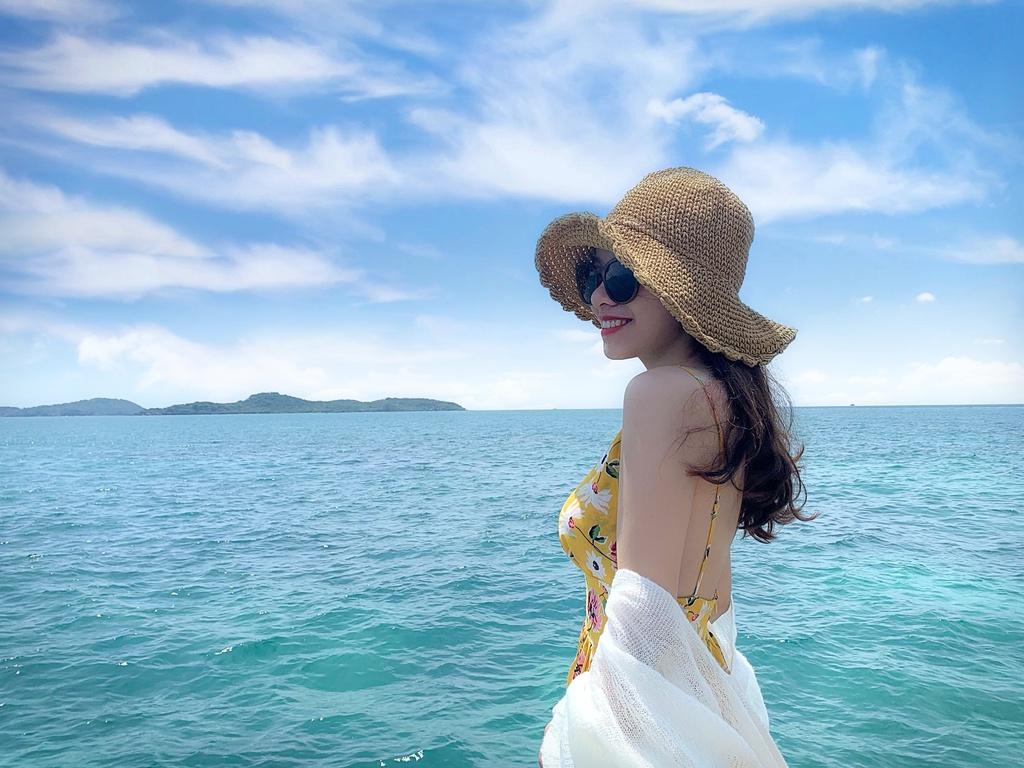 Chuyến tham quan 4 đảo bằng cano sẽ đưa bạn đến những địa điểm tuyệt đẹp, bao gồm Hòn Thơm, Hòn Mây Rút, Hòn Gầm Ghì, Hòn Móng Tay. Với giá vé khoảng 1,2 triệu đồng, du khách sẽ có một ngày lênh đênh trên biển trên cano để sống như ngư dân thực thụ, tham gia lặn biển... Với những trải nghiệm có được, bạn sẽ cảm thấy xứng đáng với chi phí phải trả. Ảnh: Phuquocexplorer.