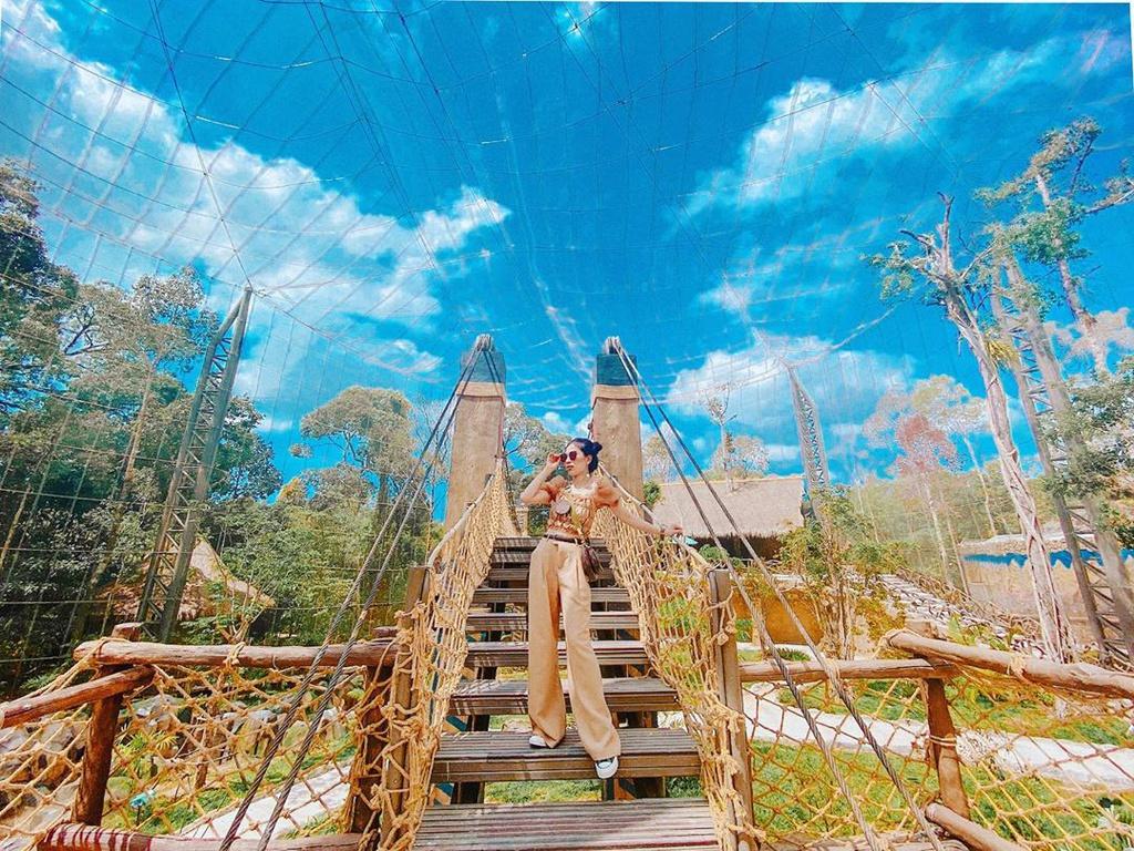 Vinpearl Safari là điểm đến để du khách có thể chiêm ngưỡng khu bảo tồn động vật hoang dã lớn nhất Việt Nam với trên 2.000 cá thể và 1.200 loài thực vật. Ngoài ra, bạn có thể thưởng thức xiếc thú và chụp hình sống ảo cùng các loài động vật quý hiếm. Giá vé tham quan tại đây khoảng 600.000 đồng/người. Ảnh: Leo_met.